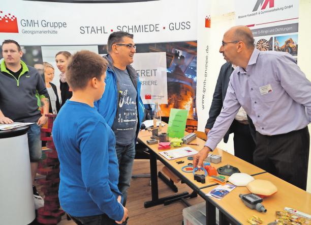 Ausbildungsmesse 2016 in Königs Wusterhausen: Jürgen Westphal, Technik-Leiter in der Motzener Kunststoff- und Gummiverarbeitungs GmbH, informierte über die offenen Lehrstellen.