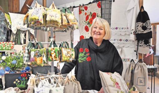 Regina Bieber aus Wustrau liebt alte Stoffe und fertigt daraus Taschen, Rucksäcke und vieles mehr.