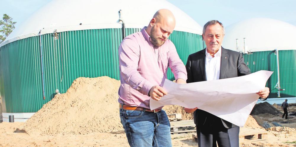 Me-Le-Chef Dietrich Lehmann (r.) und Bauleiter André Tresp auf der Baustelle einer Biogas-Anlage in Torgelow. FOTO: JÖRG SPREEMANN