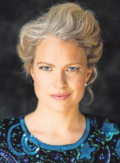 Singt mit großer Hingabe: Stefanie Dietrich.FOTO: STEINWEG