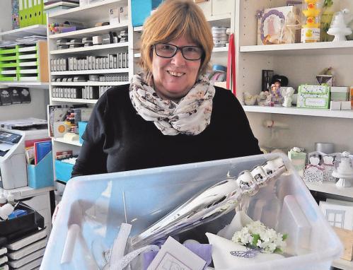 Andrea Weber in ihrer Werkstatt. Hier stellt sie die Kisten für die Hochzeiten und Familienfeste zusammen. FOTOS (3): REGINE BUDDEKE