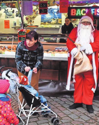 Natürlich ist auch der Weihnachtsmann auf dem Markt unterwegs.