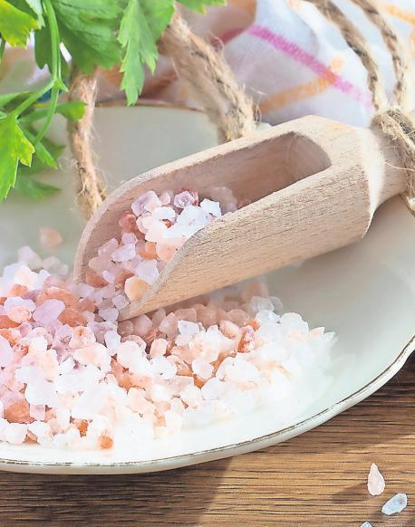 Himalayasalz ist ein rosagetöntes Steinsalz, dem eine besonders gesunde Wirkung zugesprochen wird.FOTO: PIXABAY/POMPI
